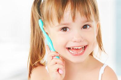 ¿Por qué los niños tienen los dientes amarillos?